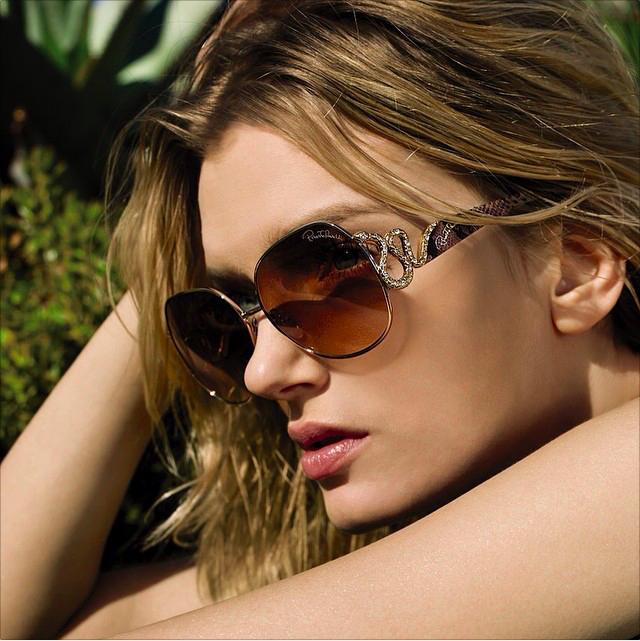 По това време на годината са малцина тези, които не се крият зад слънчеви очила. Дали моделът слънчеви очила, който сте избрали за вашата визия, изпълнява защитни функции или само задълбочава проблема, ще разберем по-долу :