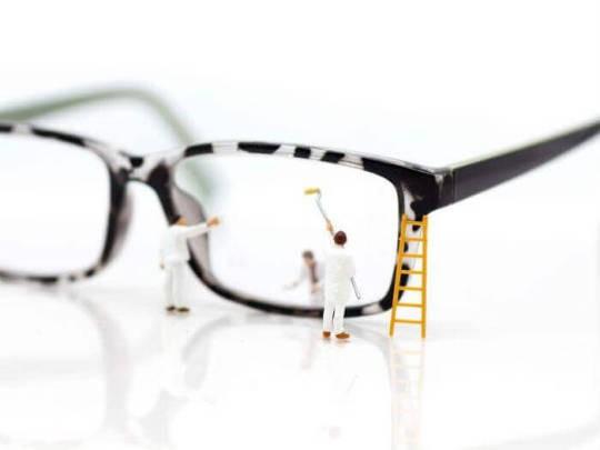 4 съвета как да почистите очилата си, без да повредите стъклата им