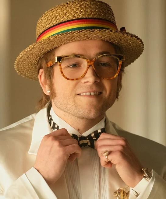 Излезлият през 2019 година биографичен филм за британската легенда Rocketman, по великолепен начин ни представя както неговата невероятна история, така и незабравимите му модни превъплащения....... и разбира се слънчевите му очила